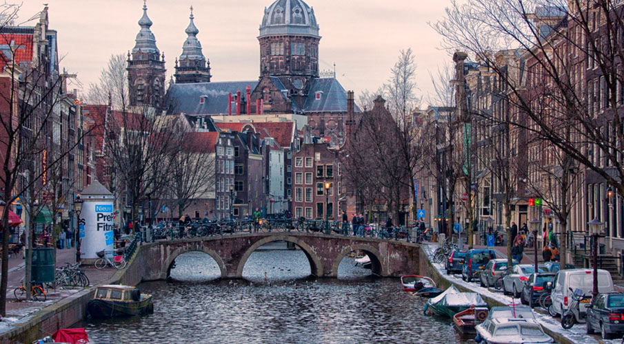 Vackra Amsterdam vid kanalerna_905x500